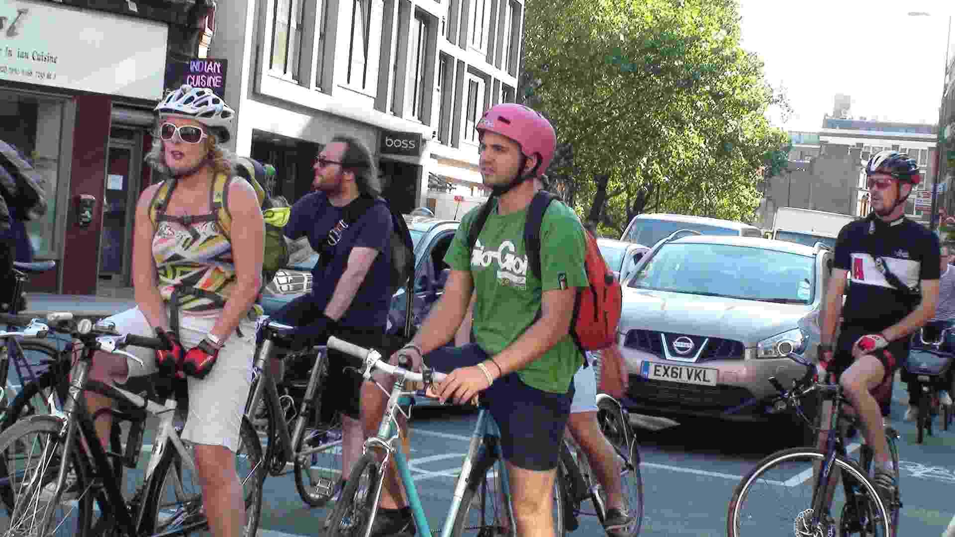 Ciclistas esperam semáforo abrir em cruzamento na região leste de Londres - Rodrigo Bertolotto/UOL