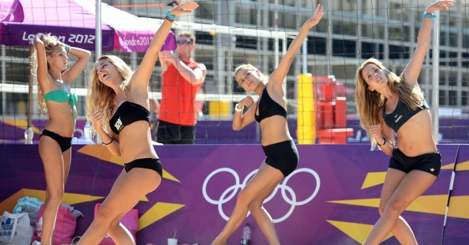 Dançarinas fazem coreografia durante treino das duplas de vôlei de praia em Londres