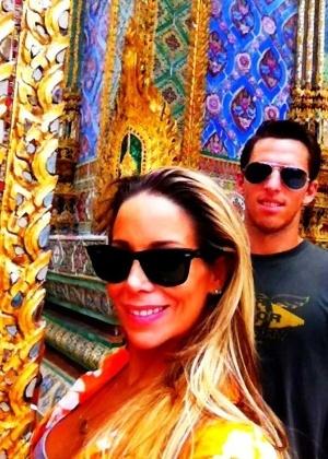 Danielle Winits e o namorado conhecem os pontos turísticos da Tailândia (24/7/12)