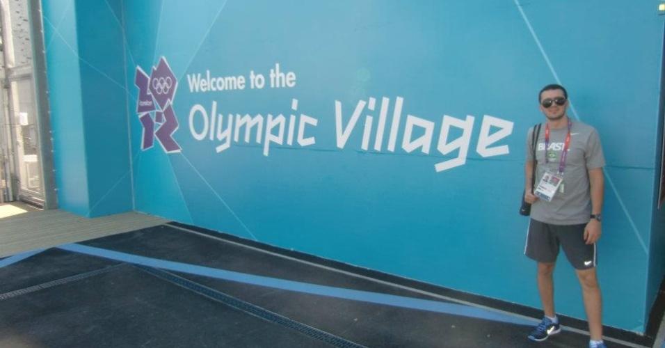 Esgrimista Renzo Agresta tira foto mostrando entrada da Vila Olímpica