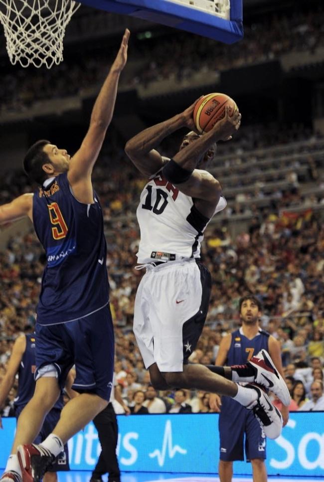 Felipe Reyes, da Espanha, tenta o toco sobre o ala Kobe Bryant, dos Estados Unidos