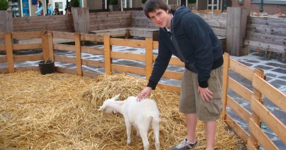 Felipe Ugolini, 18, brinca com os animais na cidade de Zoetermeer, próxima à The Hague, na Holanda
