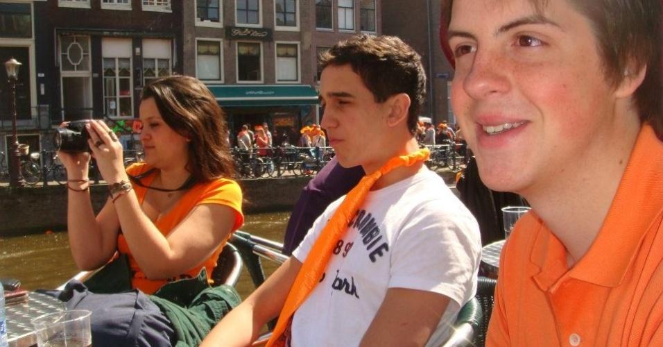 Felipe Ugolini (no canto direito) se diverte com os colegas em um barzinho em Amsterdã