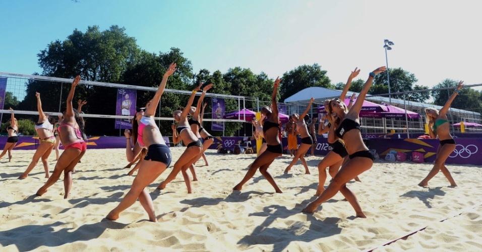 Garotas demonstram sincronia em coreografia de dança feita na arena de Vôlei de praia em Londres