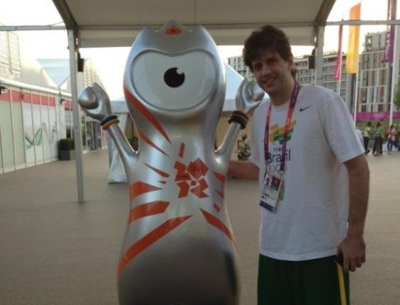 Guilherme Giovannoni, jogador da equipe brasileira de basquete masculino posa ao lado de mascote dos Jogos Olímpicos