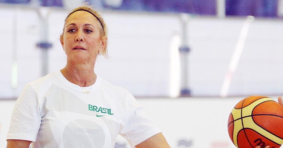 Hortência entra em quadra e ajuda no treino da seleção feminina de basquete em Londres