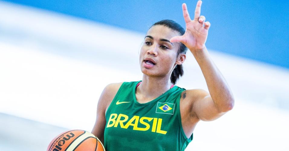 Joice gesticula no treino da seleção feminina de basquete (24/07/12)