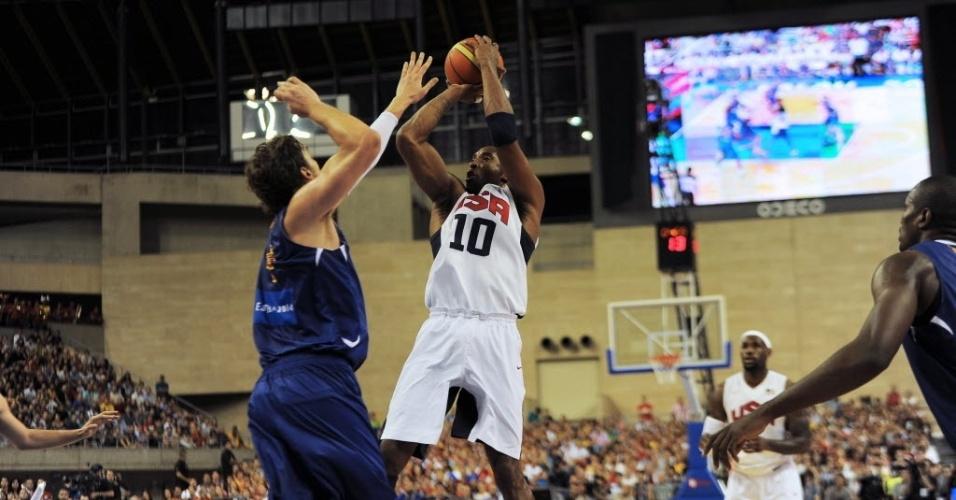 Kobe Bryant salta para trás e arremessa bola no confronto entre o 'Dream Team' americano e a Espanha