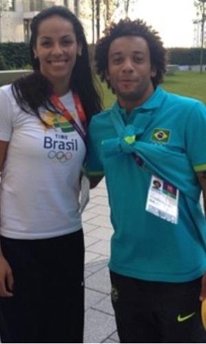 Lateral da seleção Marcelo tira foto com Paula Pequeno, jogadora da equipe feminina de vôlei, na Vila Olímpica