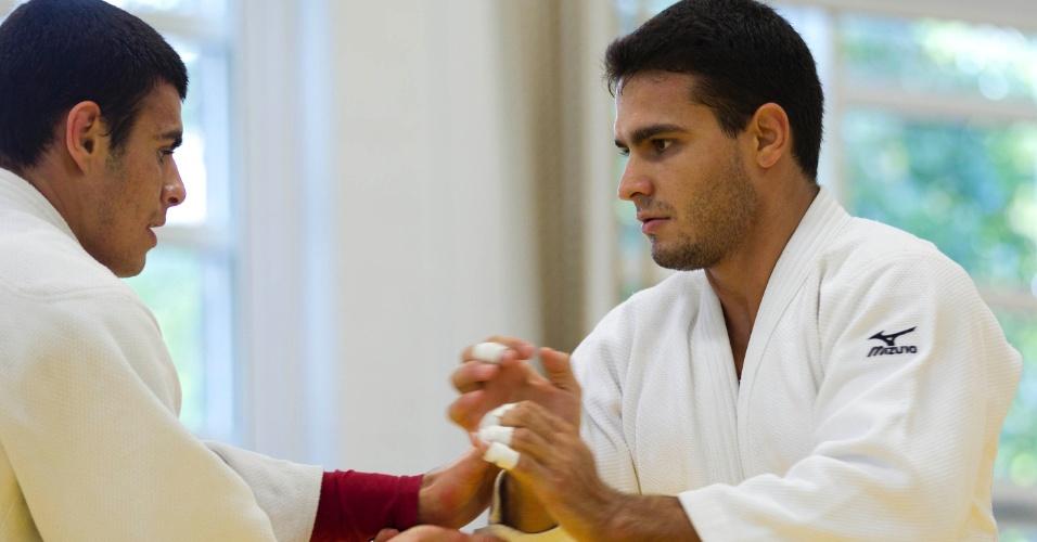 Leandro Guilheiro (direita) treina em Sheffield para a disputa da categoria até 81 kg nas Olimpíadas de Londres