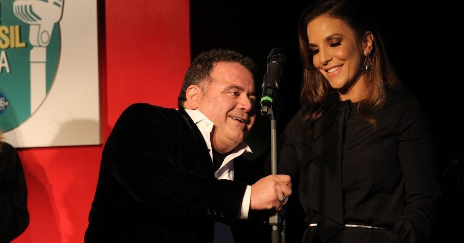 Léo Jaime ajeitou o pedestal do microfone para a musa baiana falar (23/07/12)