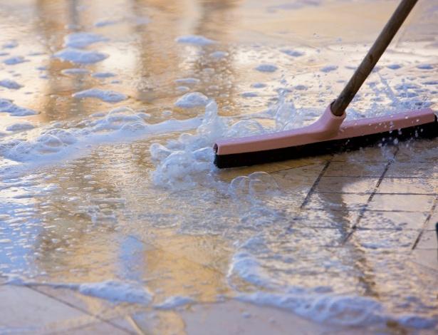 """A lavagem de pisos """"frios"""" como pedras, cerâmicas e porcelanatos deve ser feita com detergentes neutros - Getty Images"""