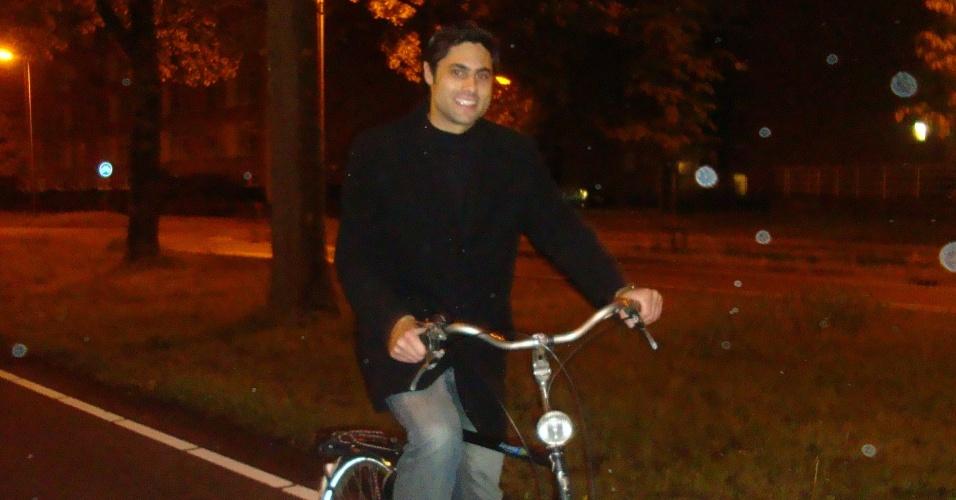 Marcelo Chiminazzo, 26, anda de bicicleta em Deventer