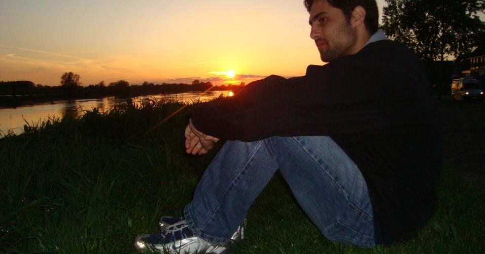 Marcelo Chiminazzo, 26, observa o pôr do sol em Deventer