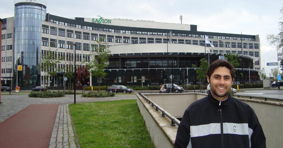 Marcelo Chiminazzo, 26, posa em frente à Universidade Saxion de Ciências Aplicadas, onde estuda, em Deventer