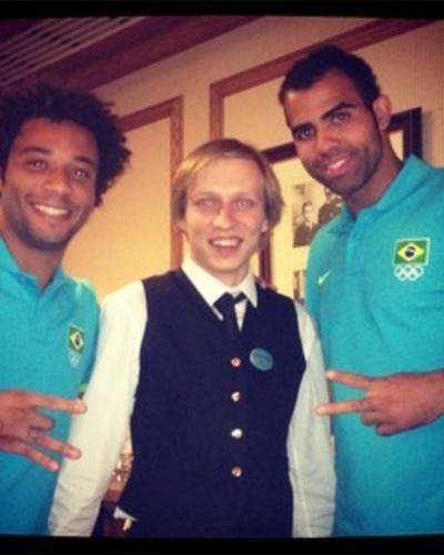 Marcelo e Sandro tiram foto com atendente de hotel onde seleção brasileira de futebol masculino está concentrada, em Saint Albans