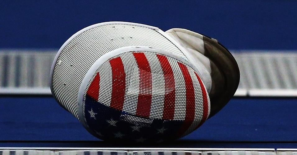 Máscara de integrante da equipe norte-americana de esgrima é deixada no chão após treinamento (24/07)