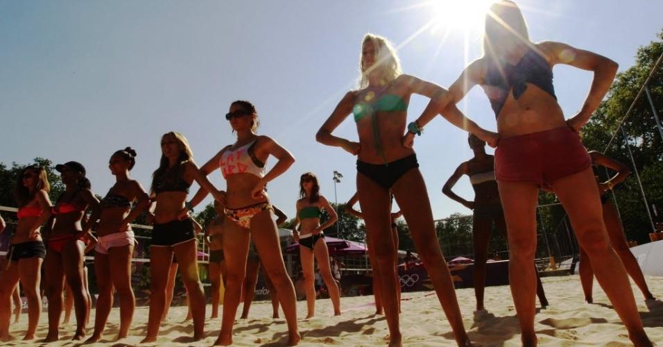 Mesmo debaixo de um sol forte, dançarinas ensaiam coreografia na arena de vôlei de praia de Londres