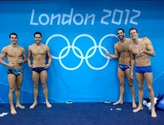 Nadadores Tales Cerdeira, Thiago Pereira, Henrique Barbosa e César Cielo tiram foto com a imagem dos aros olímpicos, ao fundo