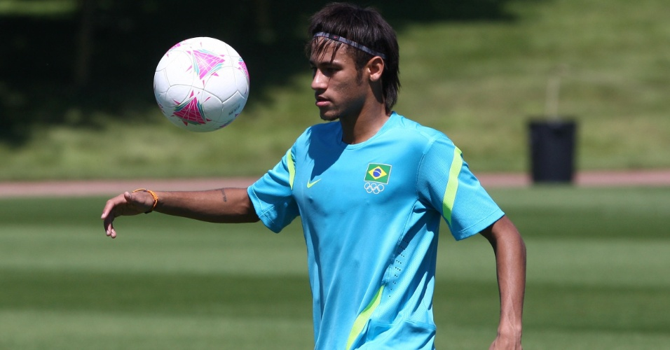 Neymar brinca com a bola durante atividade da seleção brasileira