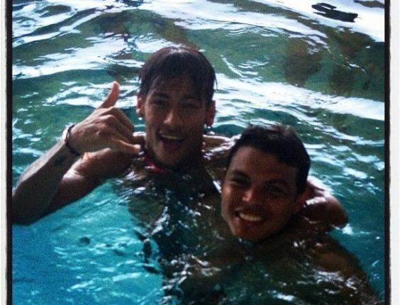 Neymar e Thiago Silva tiram foto, enquanto aproveitam piscina dentro de centro de treinamento, em Saint Albans