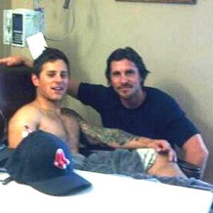 """O ator Christian Bale, protagonista da trilogia do Batman, visita Carey Rottman, que sobreviveu ao tiroteio em cinema que exibia o filme """"Batman: O Cavaleiro das Trevas Ressurge"""" - TheDenverChannel.com/Divulgação"""