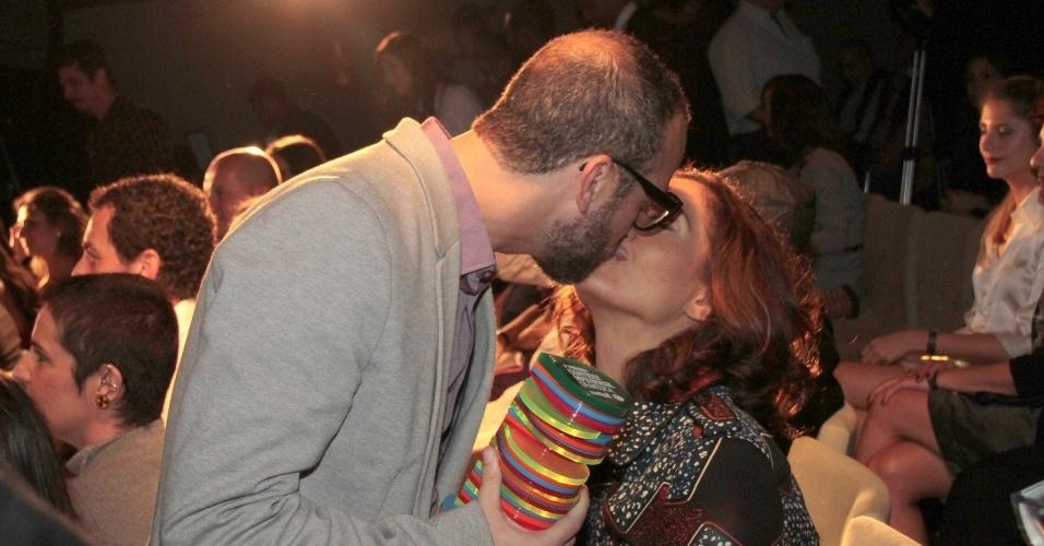 O músico Lucas Santtana beijou a namorada, a atriz Camila Pitanga, durante a entrega do primeiro Prêmio Contigo! MPB de Música (23/7/12)