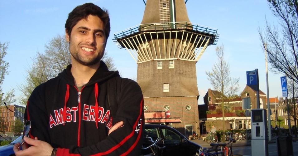 O publicitário Marcelo Chiminazzo, 26,  em frente a um moinho na cidade de Amsterdã
