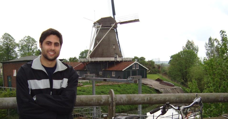 O publicitário Marcelo Chiminazzo, 26,  em frente a um moinho na cidade de Deventer