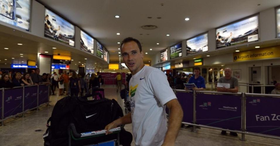 O tenista mineiro Bruno Soares desembarcou no aeroporto de Heathrow nesta terça-feira (24/07/2012) para os Jogos de Londres-2012