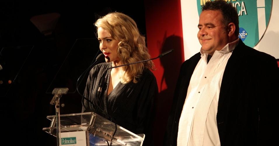 Os apresentadores Leandra Leal e Léo Jaime no Prêmio Contigo! no RJ (23/07/12)