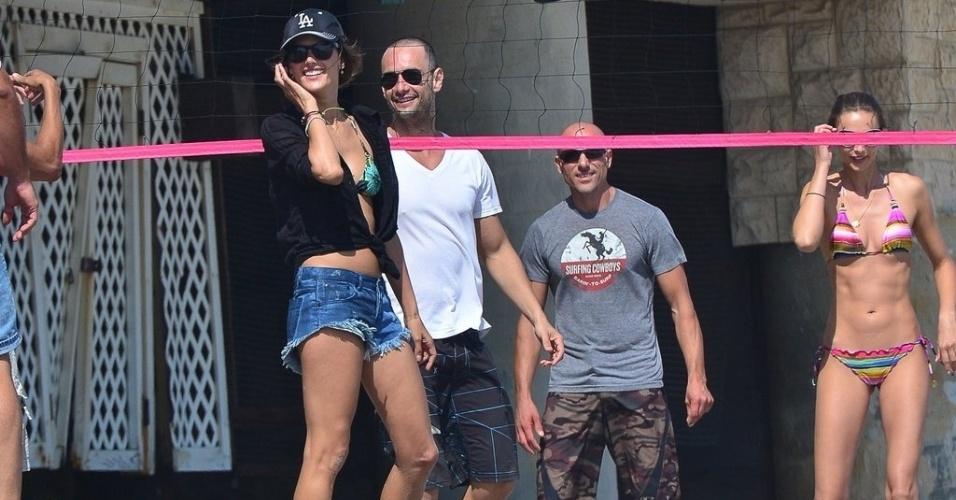 Rodrigo Santoro e Alessandra Ambrósio jogam vôlei em praia de Los Angeles (24/7/12)
