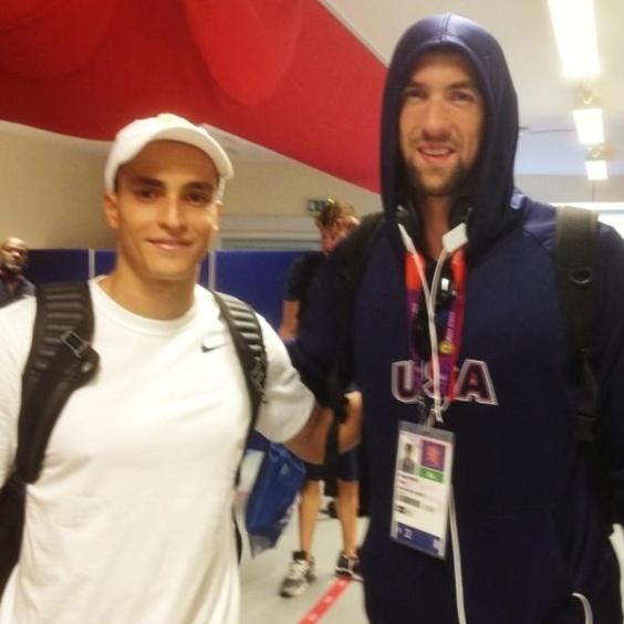 Saltador brasileiro César Castro tira foto ao lado do norte-americano Michael Phelps
