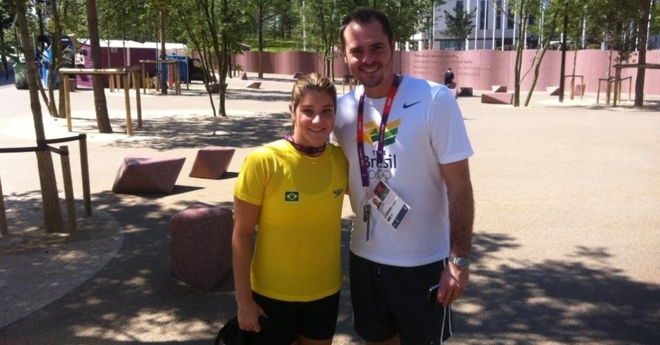 Saltadora Juliana Veloso tira foto com o levantador da seleção masculina de vôlei, Ricardinho