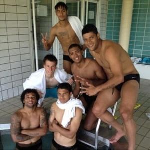 Seleção brasileira se diverte após treino na piscina em Saint Albans