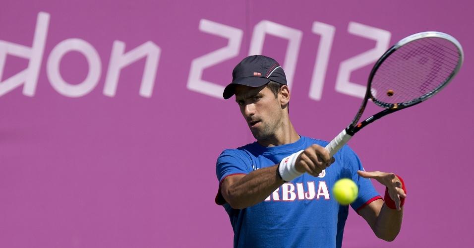 Sérvio Novak Djokovic treina nas quadras de Wimbledon antes do início dos Jogos