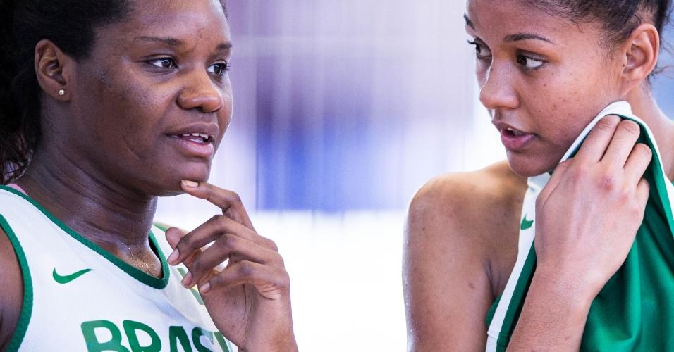 Silvia e Damiris conversam em treino da seleção feminina de basquete em Londres (24/07/12)