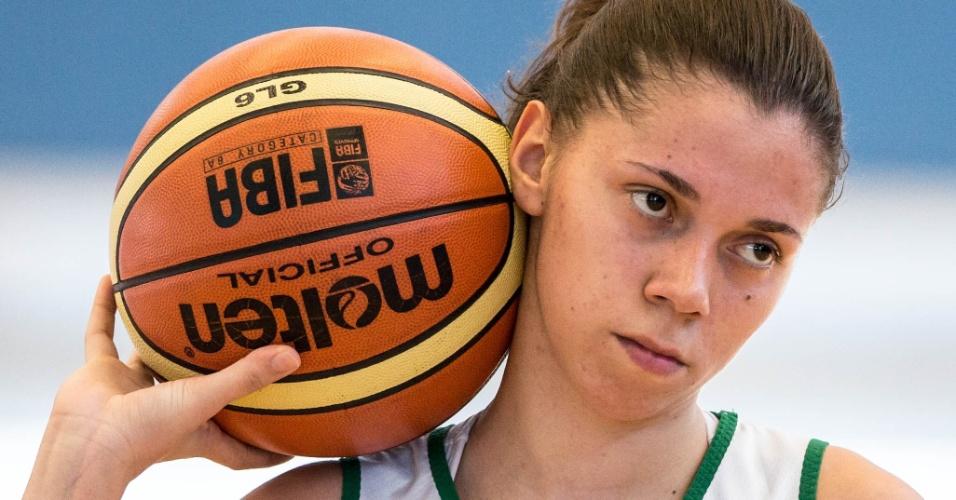 Tássia com a bola em treino da seleção feminina de basquete (24/07/12)