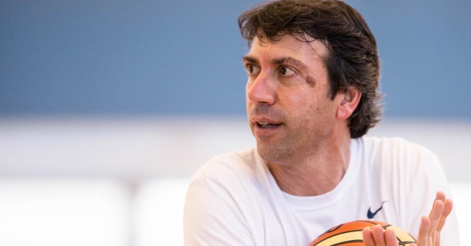 Técnico Luís Claudio Tarallo em treino da seleção feminina de basquete em Londres (24/07/12)