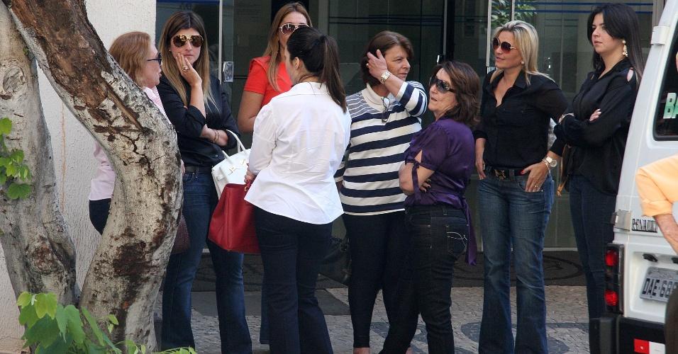 25.jul.2012 - Familiares de Carlinhos Cachoeira esperam notícias em frente ao auditório da Justiça Federal de Goiânia, onde estão sendo realizados os depoimentos das testemunhas de acusação e defesa do caso Cachoeira