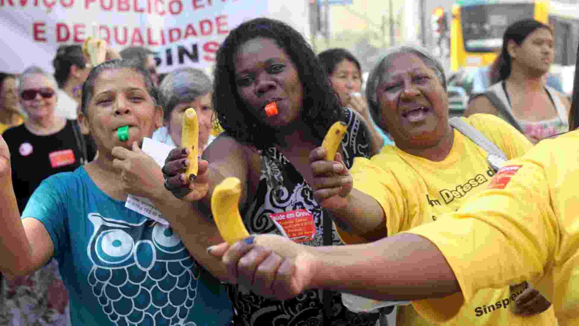 25.jul.2012 - Servidores públicos federais da área da saúde distribuíram bananas em uma passeata pelas ruas do centro de São Paulo, nesta quarta-feira (25), para pedir melhorias na carreira - Luis Cleber/AE