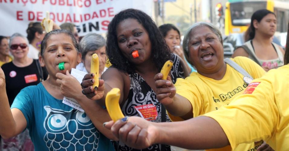 25.jul.2012 - Servidores públicos federais da área da saúde distribuíram bananas em uma passeata pelas ruas do centro de São Paulo, nesta quarta-feira (25), para pedir melhorias na carreira