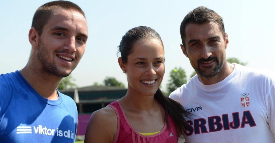 A musa sérvia Ana Ivanovic posa com os seus compatriotas Viktor Troicki (esq.) e Nenad Zimonjic (dir.)