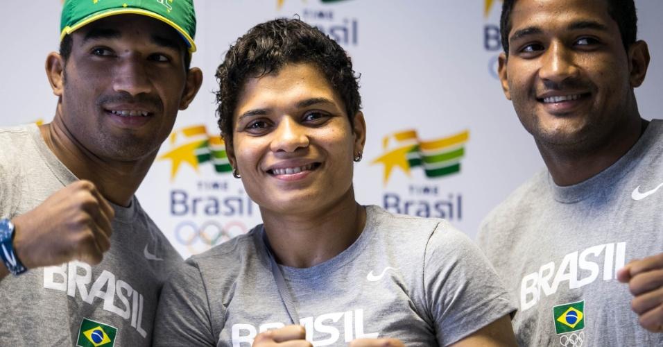 Adriana Araújo posa para fotos com os irmãos Esquiva e Yamaguchi Falcão durante coletiva dos atletas do boxe (25/07/12)