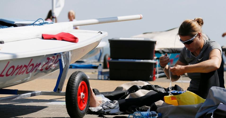 Adriana Kostiw, que irá competir na classe Laser da vela, se prepara para treino na marina de Londres (25/07/12)