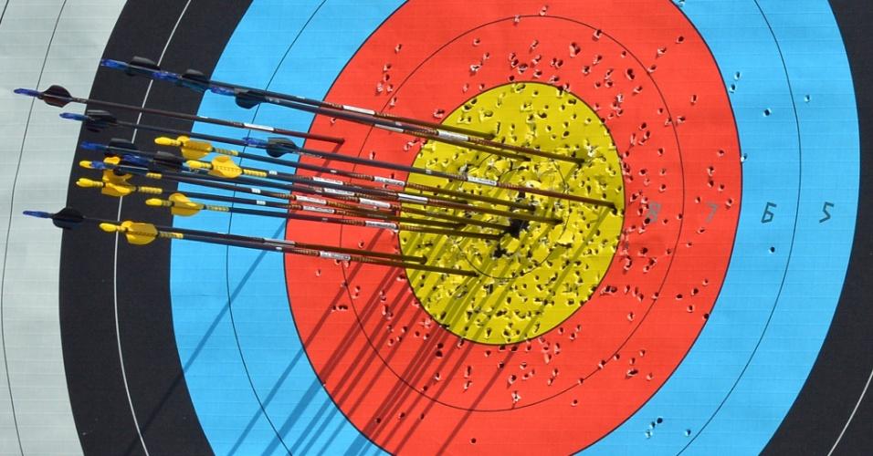 Alvo é castigado durante sessão de treinos de atletas do arco e flecha para os Jogos de Londres (25/07/12)