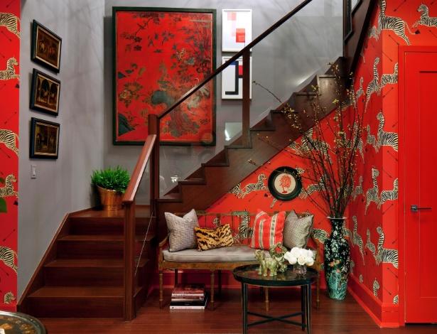 """O decorador Bryant Keller recobriu o """"foyer"""" com papel desenhado por Flora Scalamandre, nos anos 1940 - Trevor Tondro/ The New York Times"""