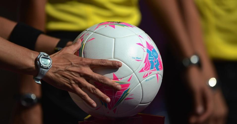 Árbitra segura bola antes de apito inicial de Reino Unido x Nova Zelândia, pelo torneio de futebol feminino (25/07/12)