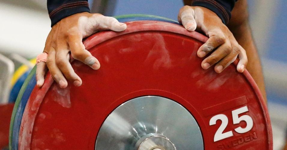 Atleta de El Salvador se prepara para treino de levantamento de peso (25/07/12)