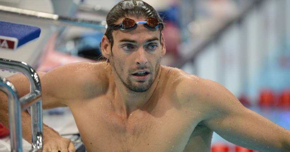 Camille Lacourt tem um breve descanso durante treino da equipe francesa de natação no parque aquático de Londres (25/07/2012)